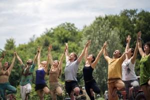 Siófok, 2016. július 10. Fesztiválozók jógáznak a Samsara Jóga és Zenei Fesztiválon a Siófokhoz tartozó Töreki közelében elterülõ magánerdõben 2016. július 9-én. A második alkalommal megrendezett fesztiválon jógaoktatók, instruktorok, terapeuták, pszichológusok, orvosok és gyógyítók tartanak workshopokat, elõadásokat, beszélgetéseket, emellett három zenei színpad várja a pszichedelikus chillzene kedvelõit július 6. és 11. között. MTI Fotó: Mohai Balázs